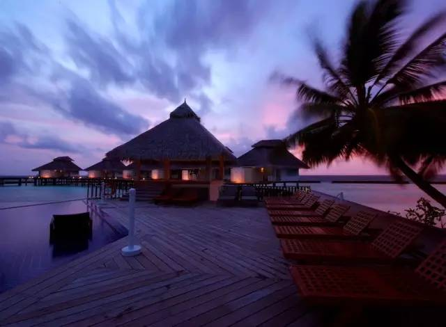 位于北阿里环礁的埃拉胡岛于2008年重新开幕,是喜欢热爱大自然的旅客最佳的选择之地。清澈见底的水,白色的沙滩,华丽的房子位于地球上阳光充足的最佳潜水点之中。另外,埃拉胡岛酒店对于每一个旅客都具有吸引力,古典,时尚豪华,健康和水疗,水上运动和特殊娱乐活动除此之外,埃拉胡周围更有三个著名的潜水点,非常适合探索多彩的水下世界的好奇心。      酒店交通:距马累机场约42公里,乘水上飞机上岛约30分钟   餐食计划:三餐及部分酒水   信 用 卡:Visa,Master,Amex   蜜月套餐:一瓶香槟、